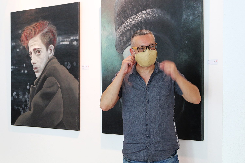 Ausstellung - Mario Wolf Blickwinkel - Galerie CCS Suhl - Künstler mit Schutzmaske